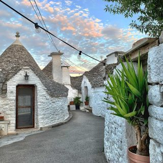 Finally a vacation outside of Norway for the first time in ages… It's time to explore the beautiful region of Italy called Puglia 🇮🇹 First stop was the amazing city of Alberobello with its fascinating Trulli houses with their cone shaped houses 😍 So quaint and cute! #alberobello #puglia #italy #italia #ig_puglia_ #visititaly #bellaitalia #iloveitaly #travelgram #ig_europe #besteurope #ok_europe #vgreise #2vær #yrbilder #magasinetreiselyst